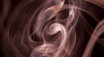 ¿A qué se deben los olores y el humo en una chimenea?